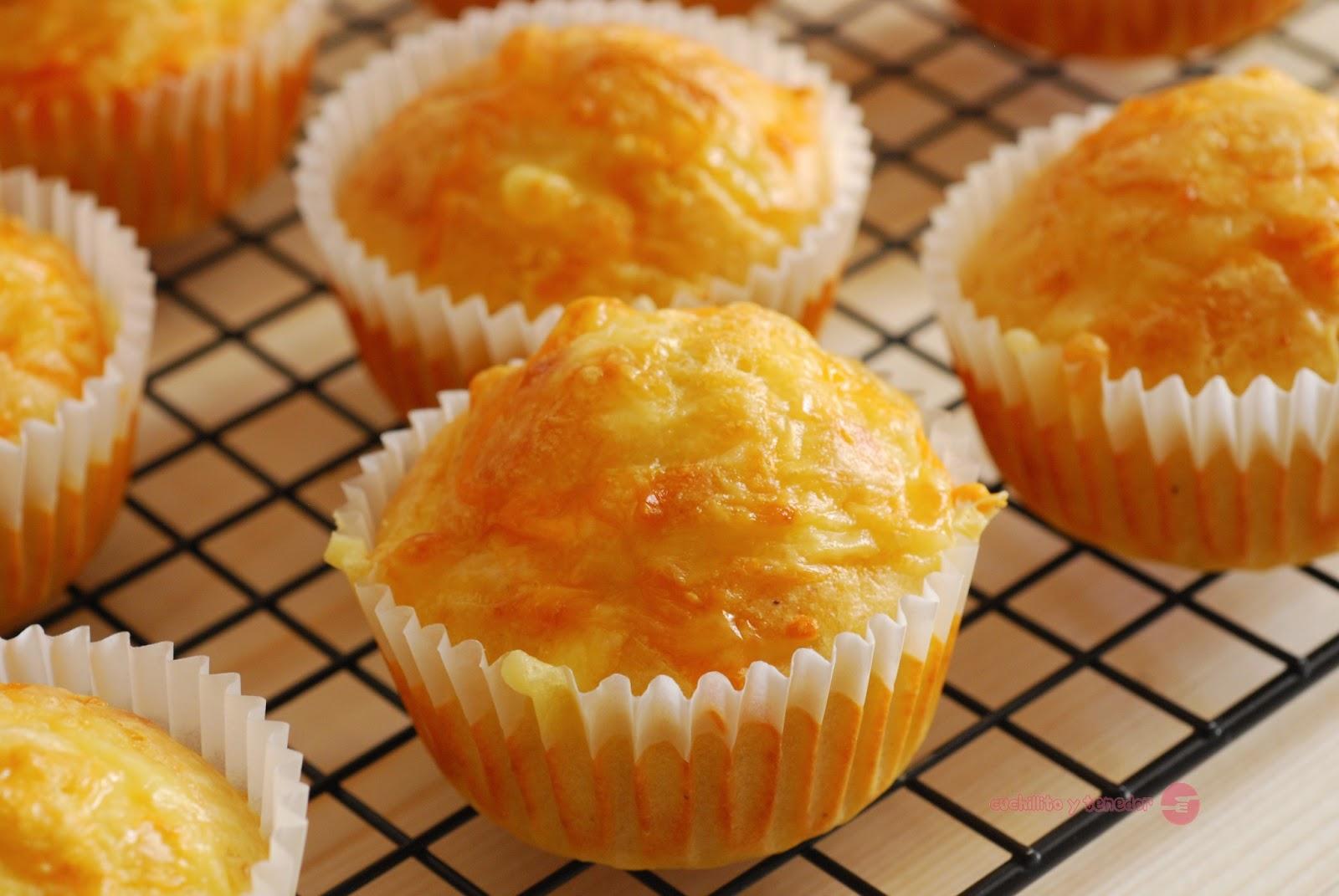 muffins de queso cuchillito y tenedor