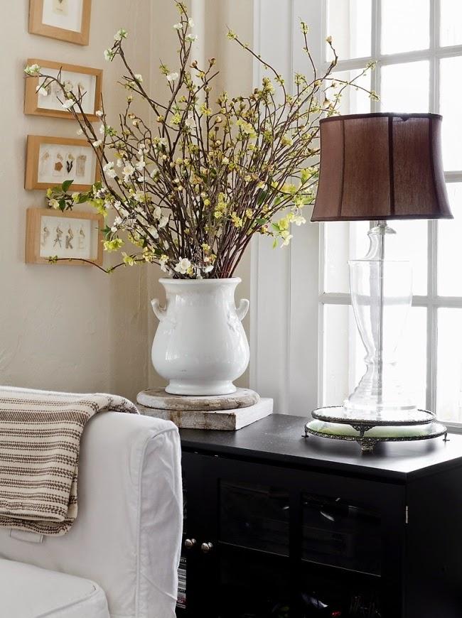 styl klasyczny, białe wnętrza, shabby chic, bielone meble, bukiet z gałązek
