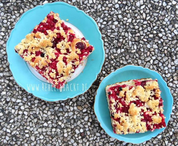 Blechkuchen mit wilden Gartenfruechten und Mandelkruemeln aus der LECKER Bakery | Foodblog rehlein backt