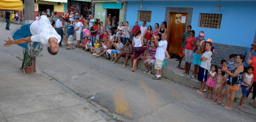 Piruetas e ginga na apresentação do grupo Top Street Dance