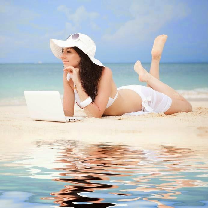 modna kobieta nad morzem