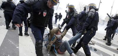 buongiornolink - Corteo non autorizzato, polizia usa lacrimogeni