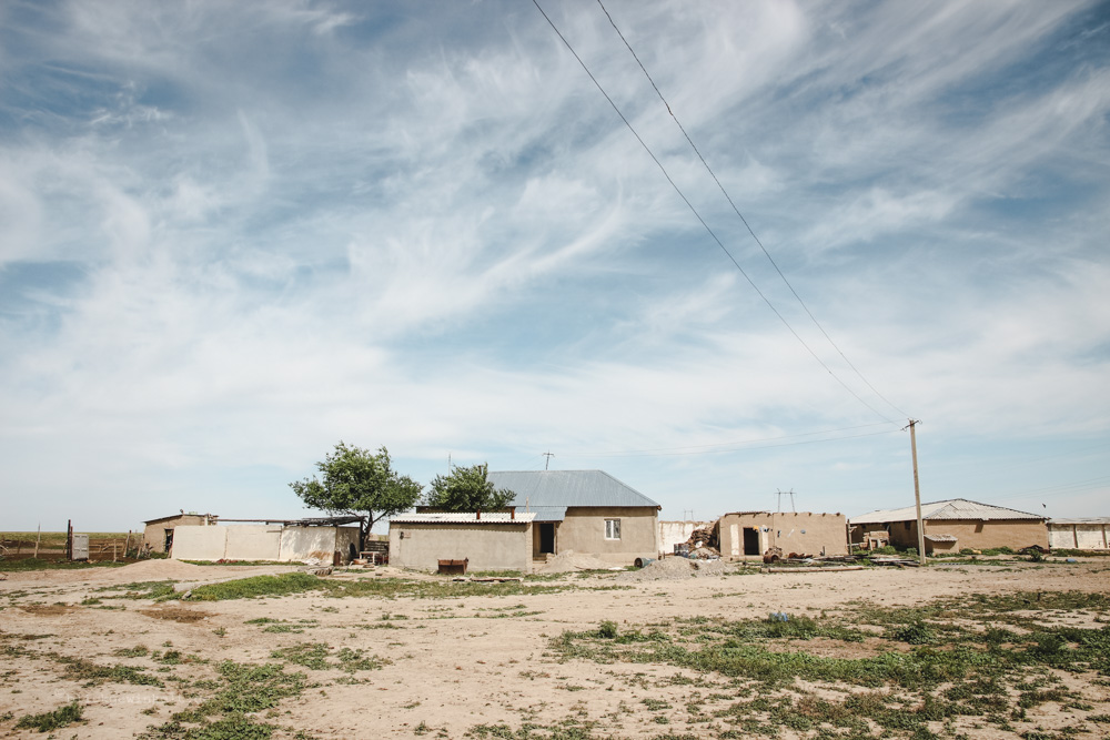 Hütten auf Steppengebiet