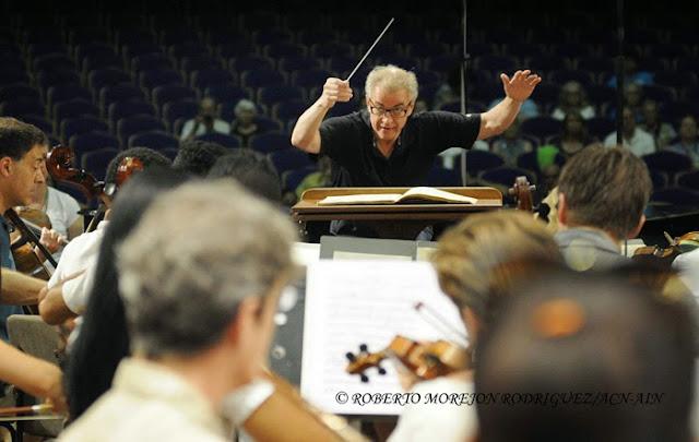 Osmo Vänska (C), director de la Orquesta Sinfónica de Minnesota, durante el ensayo conjunto de esta agrupación con la Orquesta Juvenil del Conservatorio Amadeo en el Teatro Nacional de Cuba, en La Habana, el 15 de mayo de 2015