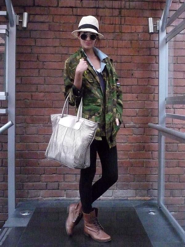 sreet style como una aparición camo pattern work boots silver bag