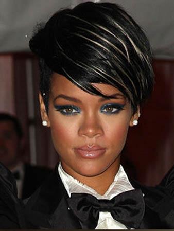 Rihanna siyah saçalrına ince ince platin sarısı balyaj yaptırmıştır.