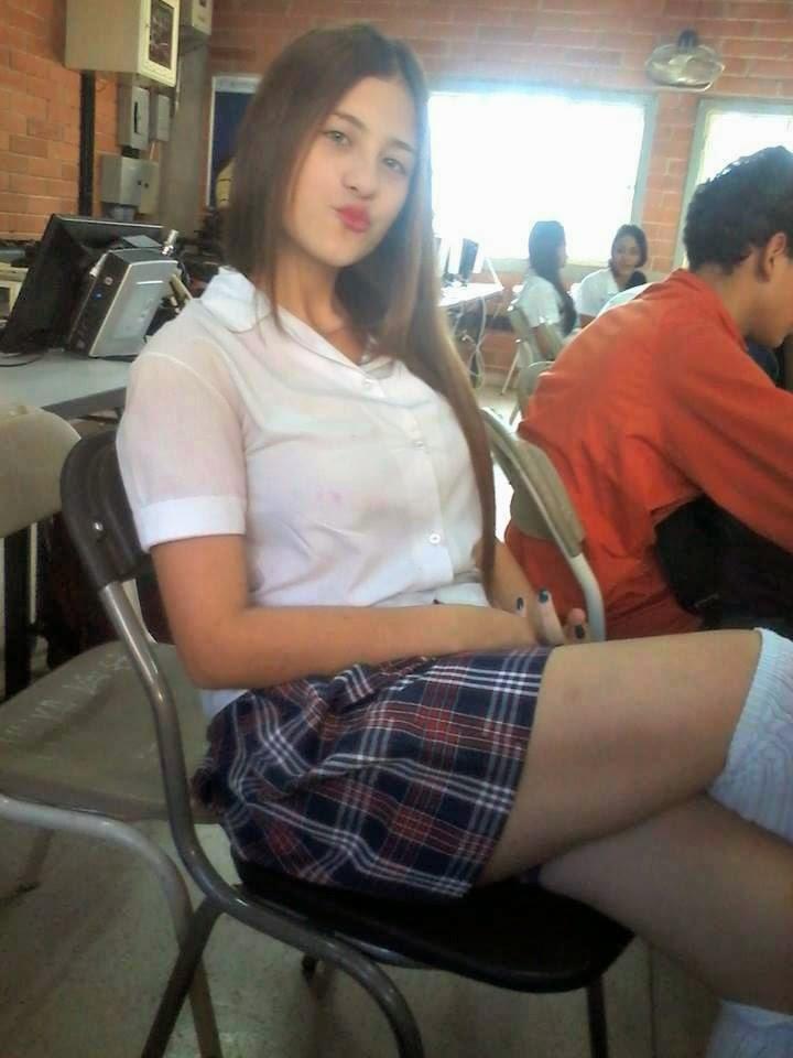Tocando sus piernas a colegiala