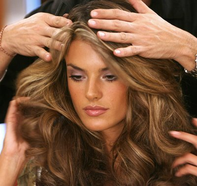 Alessandra Ambrosio qui a choisi une couleur de base caramel et un balayage de couleurs blond doré et cendré.