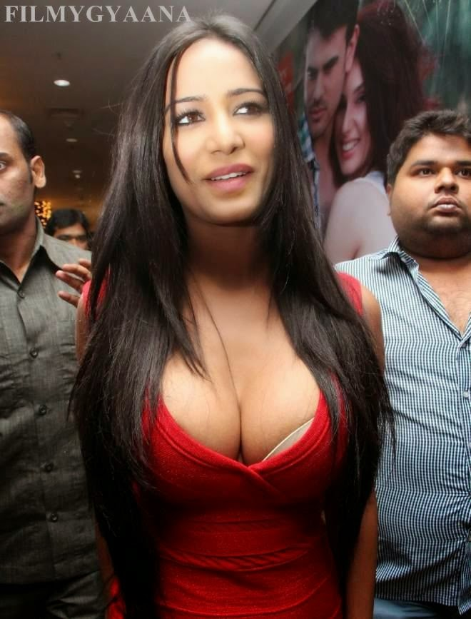 Poona Pandey Deep Massive Cleavage Show Picture