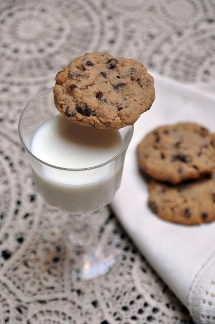 Galletas con chispas de chocolate (chips cookies) acompañadas con un vaso de leche. Receta.