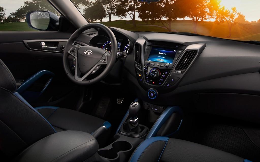 Hyundai veloster turbo 2013 quatro rodas for Hyundai veloster interior