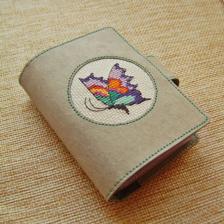 Картхолдер из крафт-бумаги с вышитой бабочкой