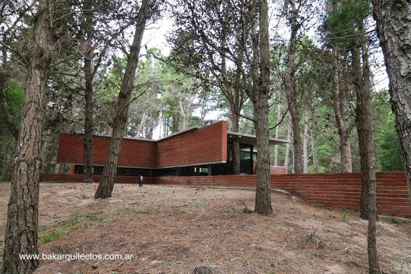 Residencia minimalista de concreto y ladrillo vista en Buenos Aires