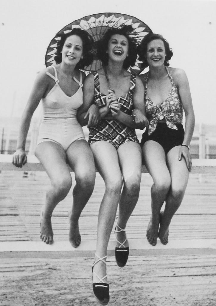 фото - ретро-купальники пляжный зонтик