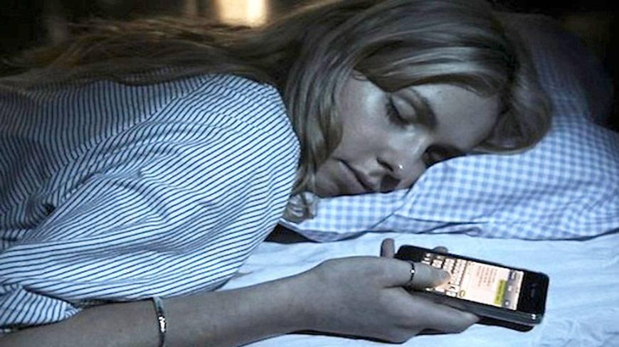 Revolusi Ilmiah - Bahaya tidur dekat dengan ponsel pintar
