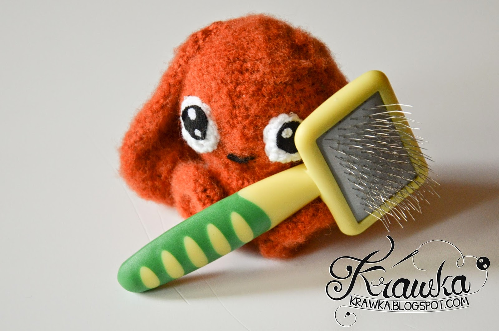 Krawka: Shaggy Bunny - tutorial on using a dog brush on amigurumi.
