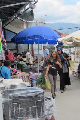 Macedonië, Struga, modern meisje en moslimvrouw
