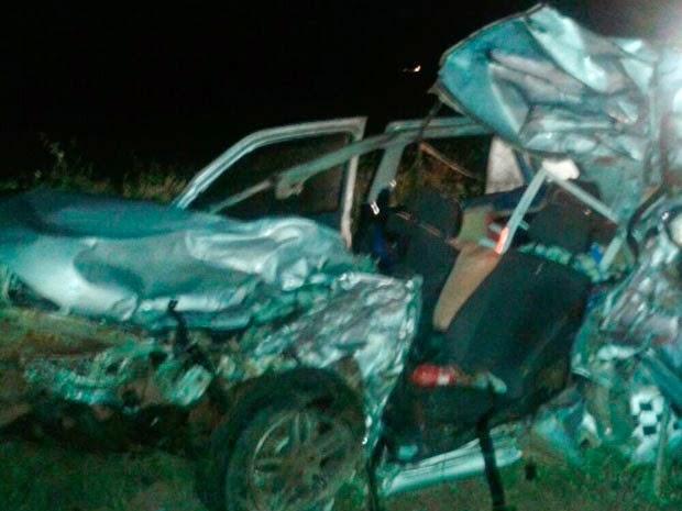 Com impacto da batida, carro ficou totalmente destruído (Foto: Sigi Vilares/Blog do Sigi Vilares)