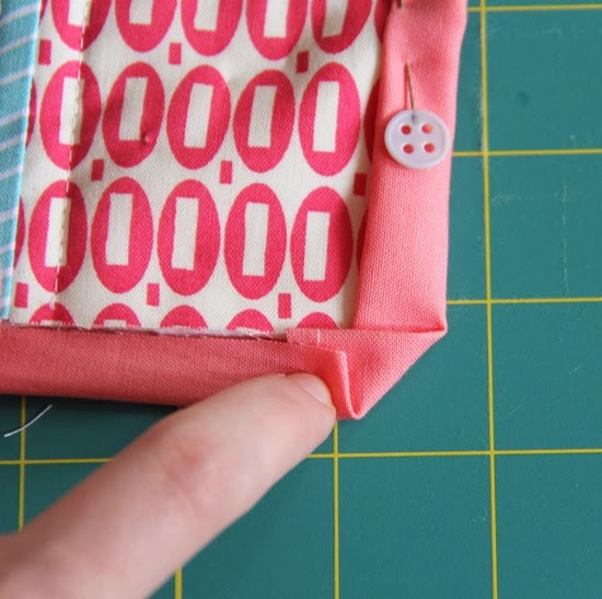 Binding a quilt with the quilt back | Cluck Cluck Sew : binding a quilt with mitered corners - Adamdwight.com