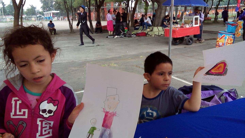 Los niños muestran su trabajo.
