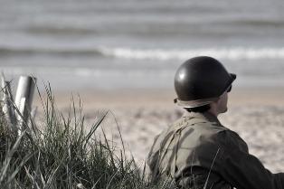 soldato in guerra vicino a una spiaggia
