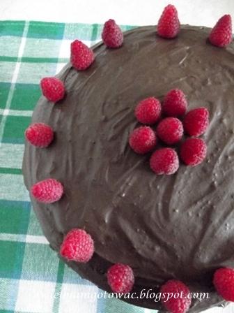 Tort czekoladowy z bitą śmietaną i malinami