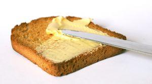 Намазывание масла на хлеб