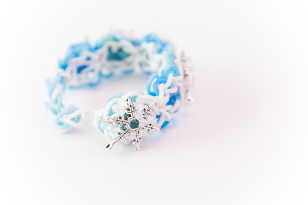 Frozen Inspired Snowflake Rubber Band Bracelet #loombands #rubberbandbracelet #rainbowloom #flowerpower #frozen