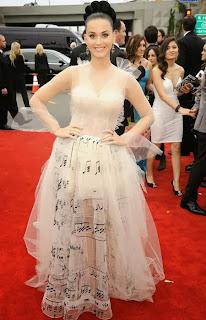 Кейти Пери в ефирна рокля на ноти Грами 2014