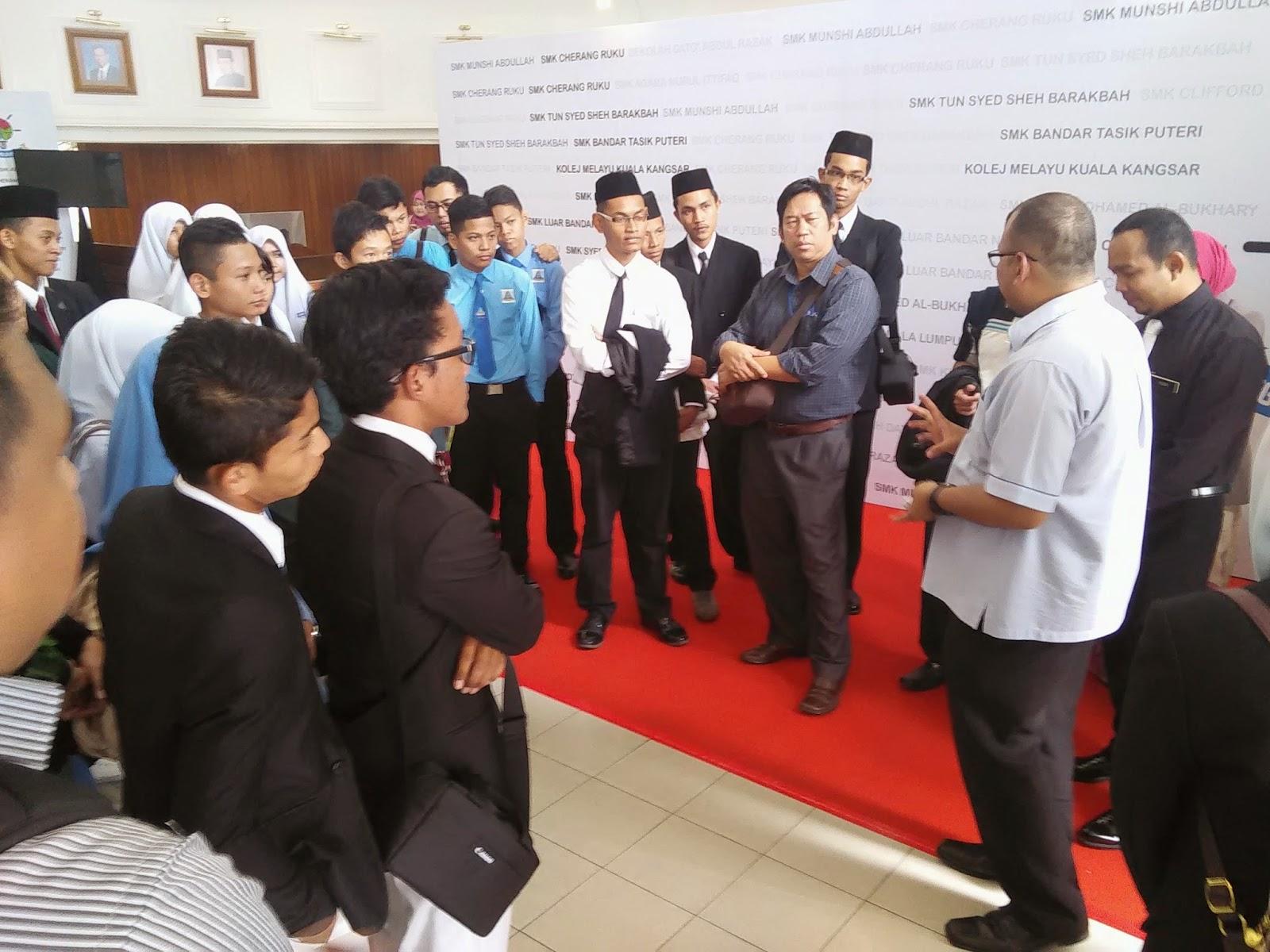 Encik Taher Musa dari MCMC memberikan penerangan ringkas kepada peserta