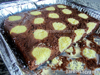 Prajitura cu branza ciocolata cocos rasturnata in tava si taiata