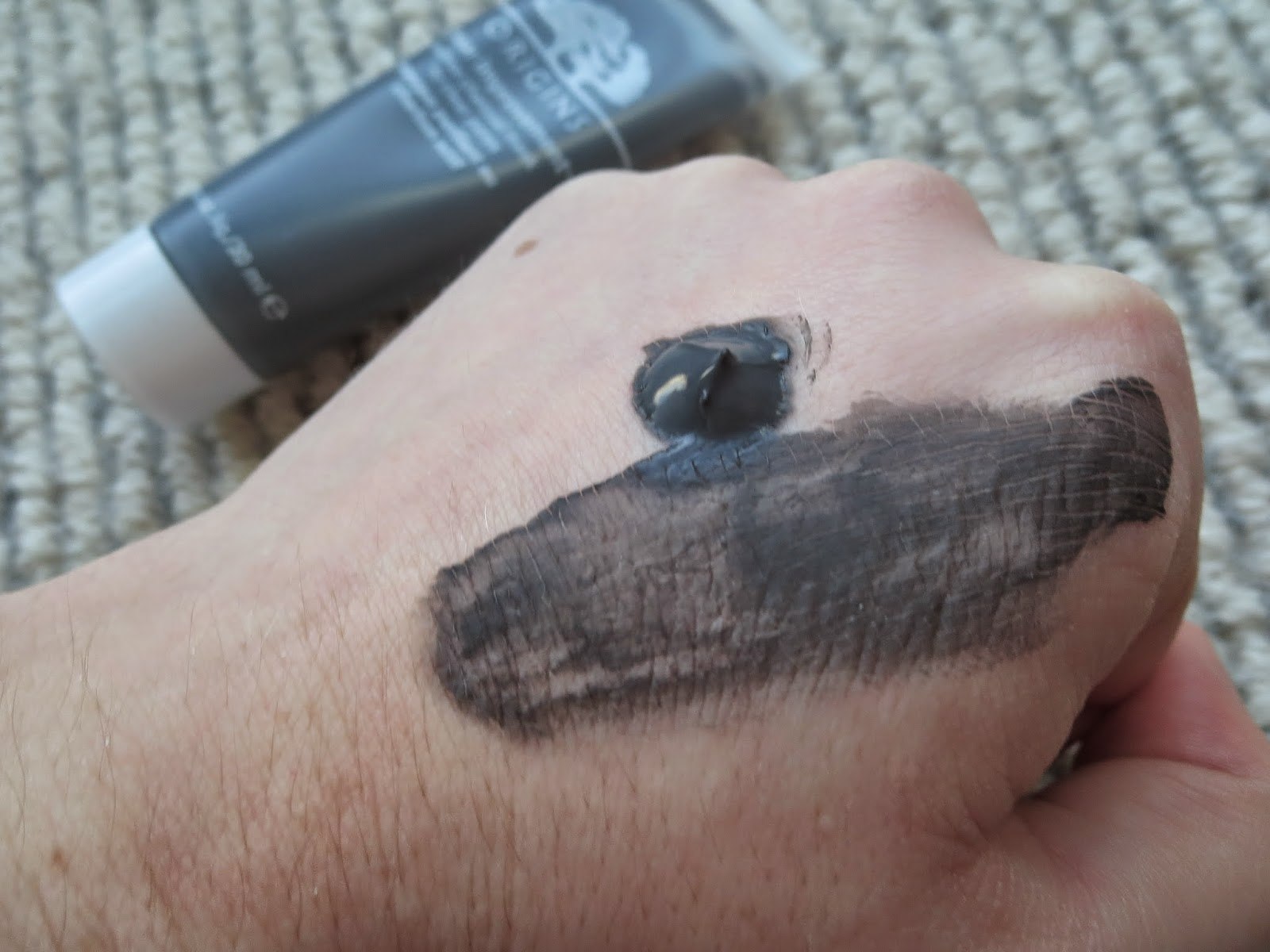 a picture of Origins Clear Improvement Active Charcoal  Mask To Clear Pores (texture)
