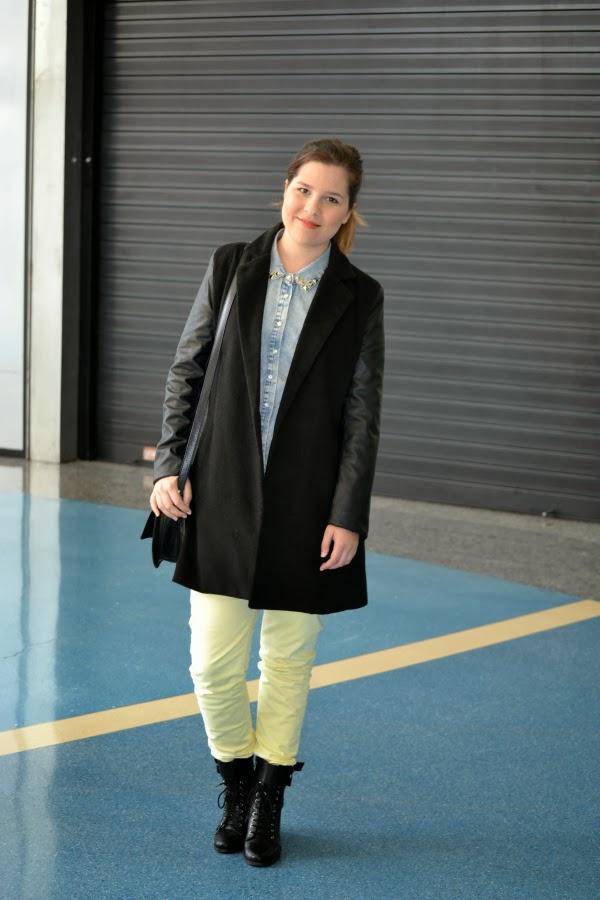 look_outfit_pantalón_amarillo_abrigo_mangas_polipiel_camisa_vaquera_nudelolablog_01