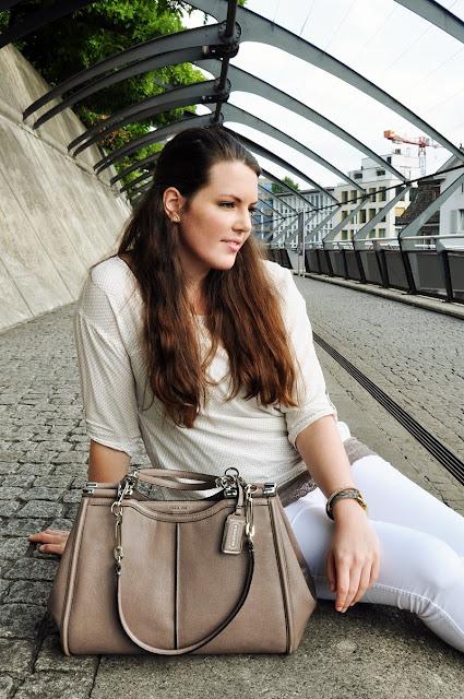 Outfit in Weiss & Taupe, Tasche von Coach