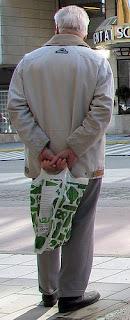 Pensionär väntar på buss. Foto: Daniel Mott CC BY-SA