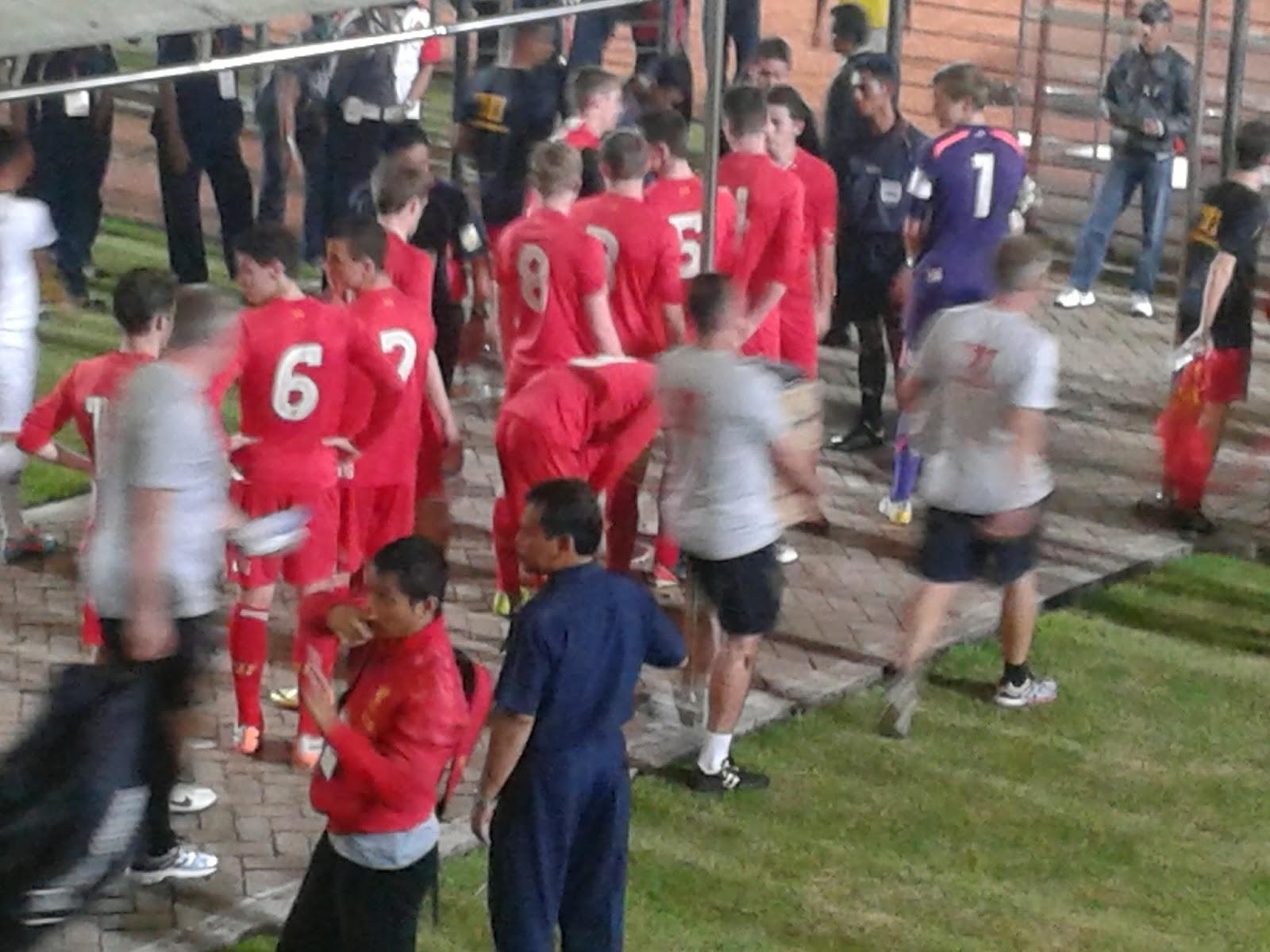 Para pemain Liverpool U17 keluar menuju stadion