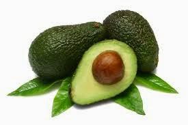 Buah ini kaya dengan vitamin E yang berfungsi mencegah penuaan awal. Kandungan potasium di dalamnya pula mencegah kekurangan cairan dalam badan. Buah hijau ini juga baik untuk megawal tahap kolesterol kerana ia sumber lemak tidak tepu yang sihat untuk badan. Selain dimakan, ia juga boleh digunakan sebagai masker pada wajah dan rambut.