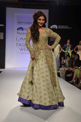 Soha Ali Khan walks on the ramp for Arpita Mehta at LFW 2013
