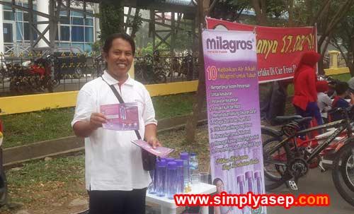 Saya pun turun ke jalan memberikan informasi dalam bentuk brosur produk Milagros kepada para pejalan kami yang melewati stand kami. Foto Rudi Maryati