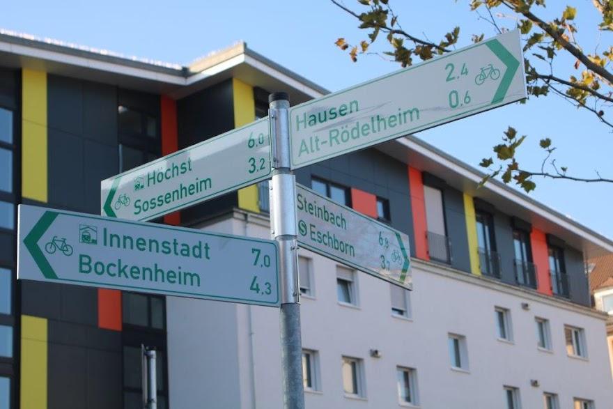 Wegweiser am Arthur-Stern-Platz