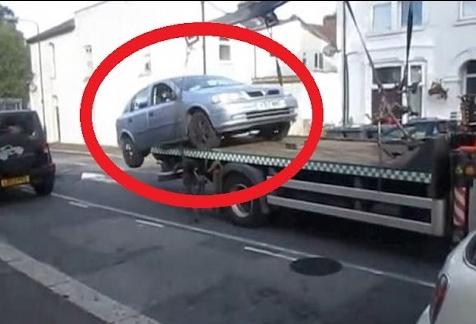 سائق يعرض نفسه للخطر لليتجنب دفع غرامة