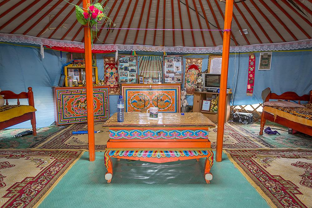 Wnętrze geru/jurty na pustyni Gobi