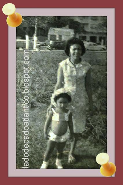 Foto minha com 3 anos de idade com minha mãe num jardim da praia em Santos.