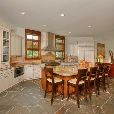 diseo de cocina con piso de piedra y muebles blancos