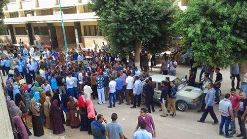 توافد العشرات من طلاب مدرسة جمال عبد الناصر الثانوية لمقر وزارة التربية والتعليم، للتأكيد على اعتراضهم على قرار نقلهم