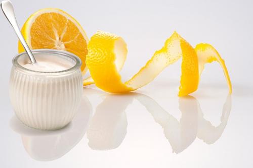 đắp mặt nạ tự nhiên sữa chua và nước cam