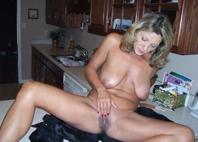 Milf mit schlaffen Brüsten
