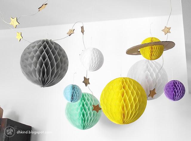 fiesta espacial con bolas de papel nido de abeja