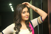 Gorgeous Heroine Raashi kanna photos-thumbnail-1