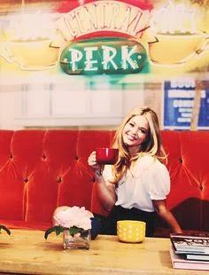 La actriz Sasha Pieterse, conocida por ser Alison en Pretty Little Liars, sentada en el sofá del Central Perk